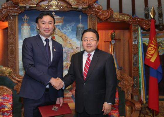 Президент Монголии наградил бурятского скульптора государственной наградой
